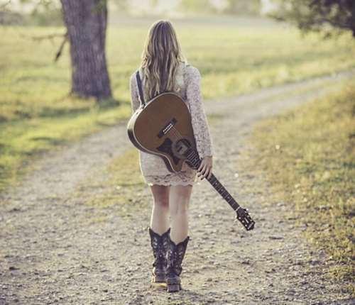 lany_gitarral